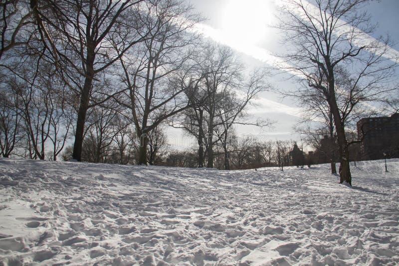Líneas de nube en el cielo y de nieve en la tierra fotografía de archivo libre de regalías