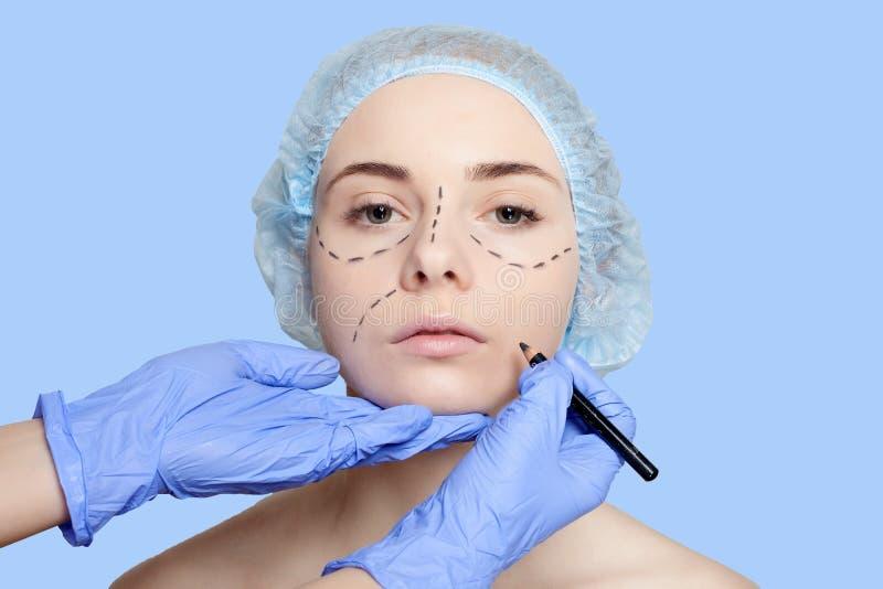 Líneas de perforación hermosas de la mujer joven operación de la cirugía plástica fotografía de archivo libre de regalías