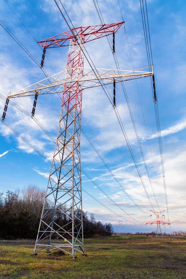 Líneas eléctricas eléctricas de alto voltaje fotografía de archivo libre de regalías