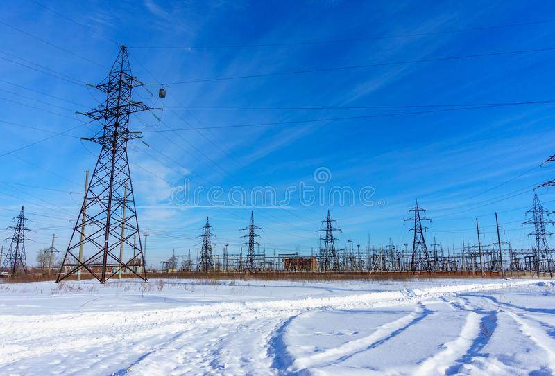 Líneas eléctricas de alto voltaje en el cielo azul Estación de la distribución de la electricidad imagen de archivo libre de regalías