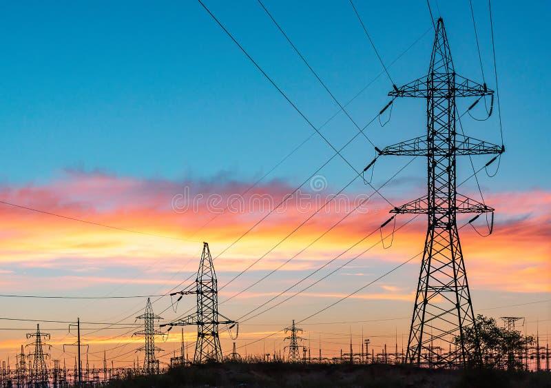Líneas eléctricas de alto voltaje Estación de la distribución de la electricidad Torre eléctrica de alto voltaje de la transmisió foto de archivo libre de regalías