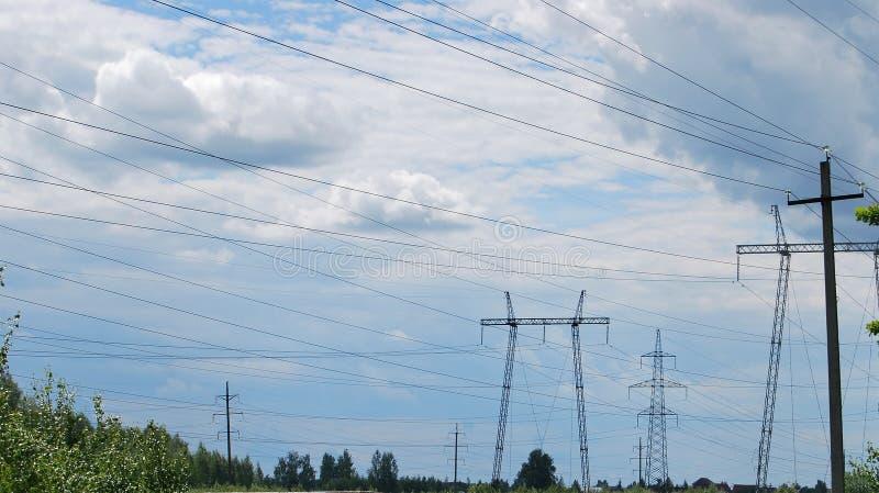 Líneas eléctricas de la transmisión de la electricidad imagenes de archivo