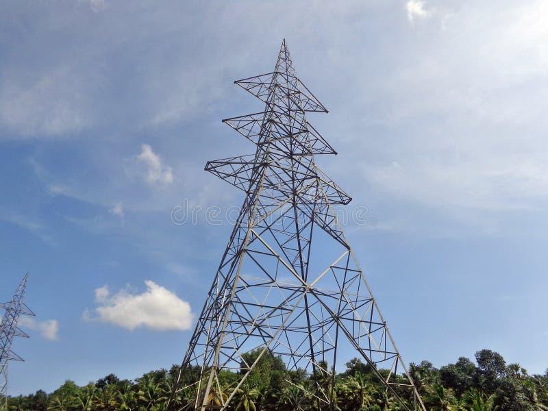 Líneas eléctricas eléctricas en cielo fotografía de archivo libre de regalías