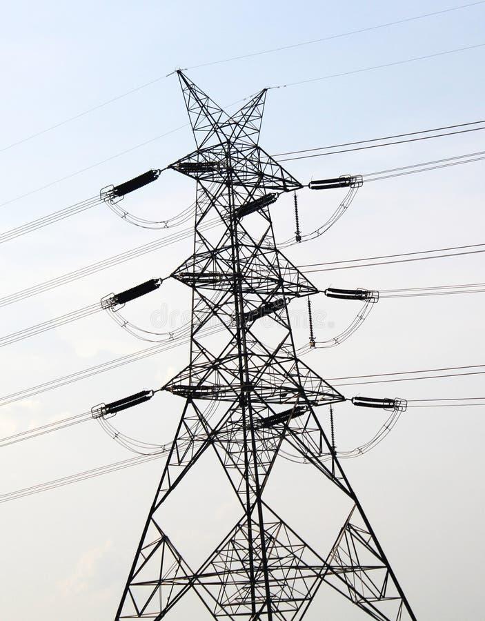 Líneas eléctricas eléctricas en cielo foto de archivo