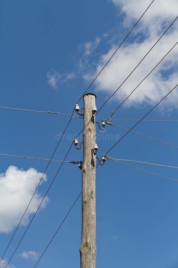 Líneas eléctricas eléctricas en un campo imagenes de archivo