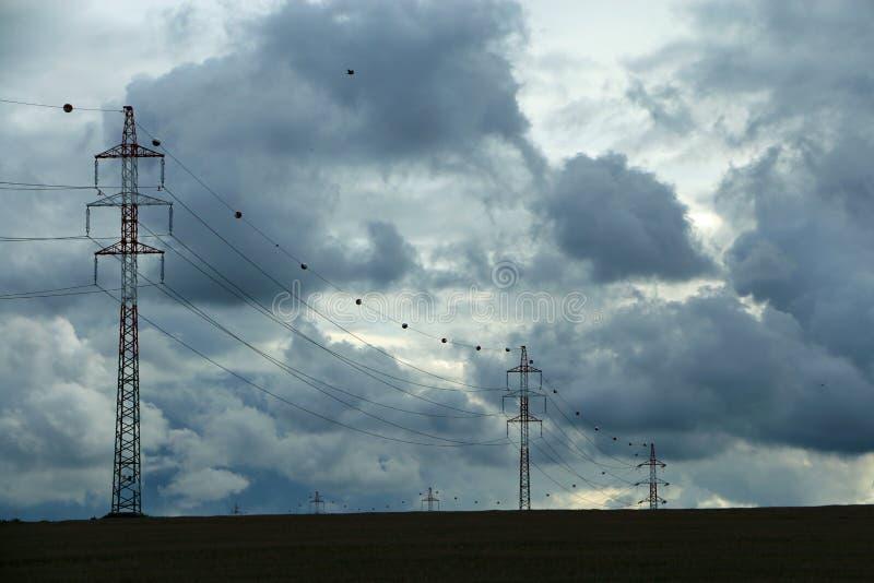 Líneas eléctricas en el campo foto de archivo libre de regalías