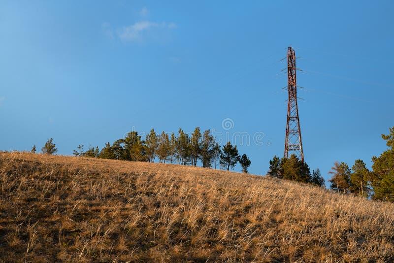 Líneas eléctricas en la colina fotos de archivo libres de regalías