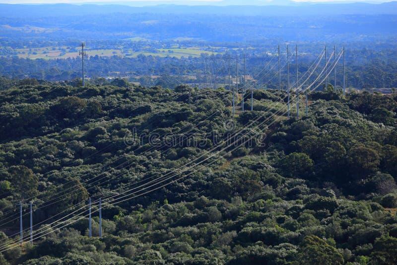 Líneas eléctricas en la opinión aérea del paisaje del bosque imagenes de archivo