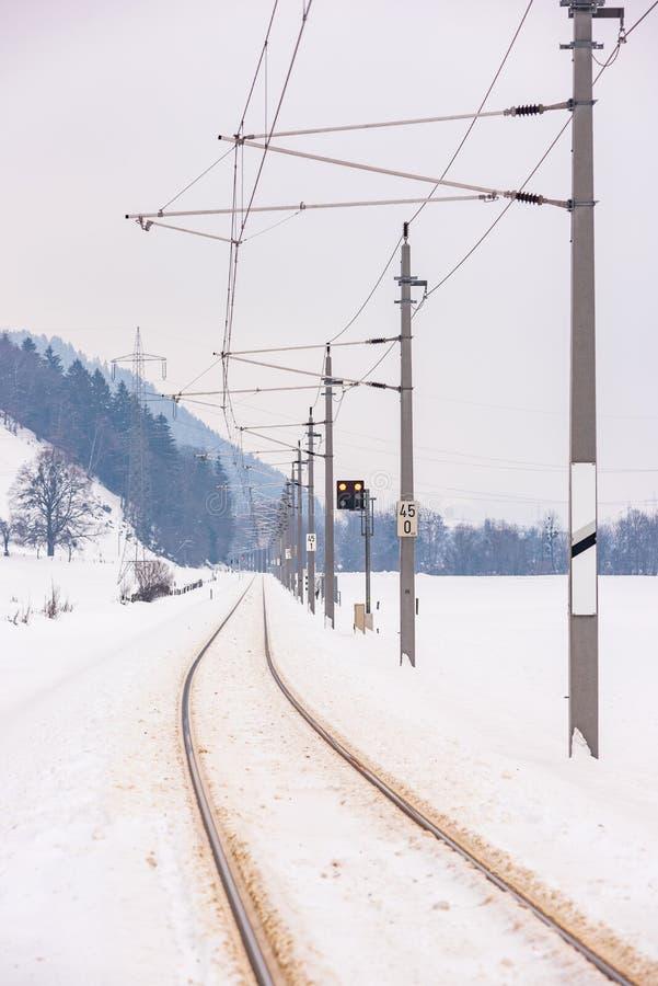 L?neas el?ctricas ferroviarias y los campos nevados en un paisaje esc?nico de la monta?a del invierno, macizo de Dachstein, distr fotografía de archivo libre de regalías