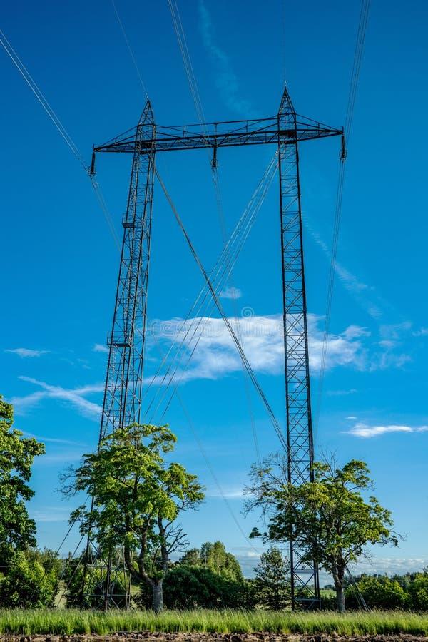 Líneas eléctricas a través del paisaje sueco foto de archivo libre de regalías