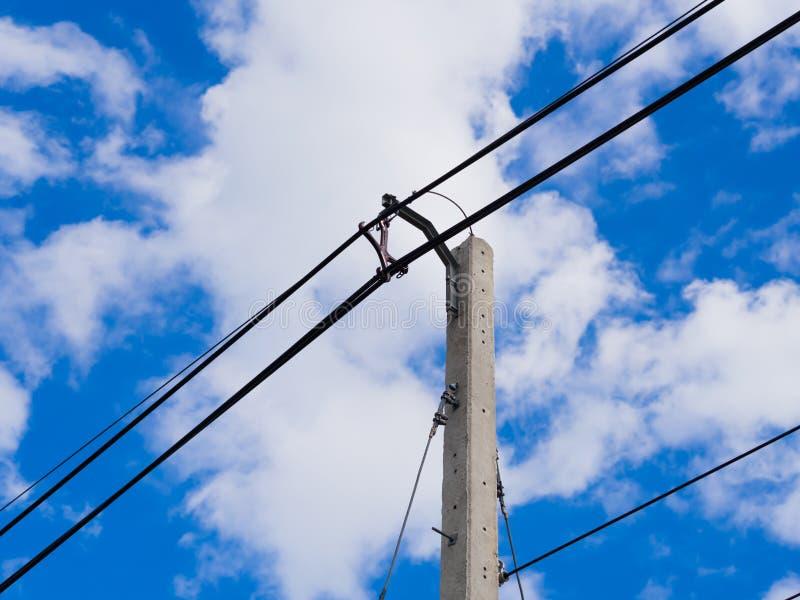 Líneas eléctricas y alambres eléctricos del polo con el cielo azul foto de archivo libre de regalías