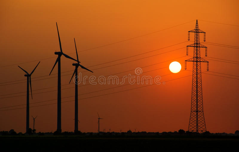 Líneas eléctricas y generadores del molino de viento fotografía de archivo libre de regalías