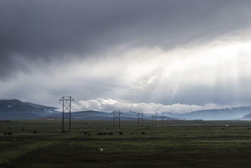 Líneas eléctricas y nubes foto de archivo libre de regalías