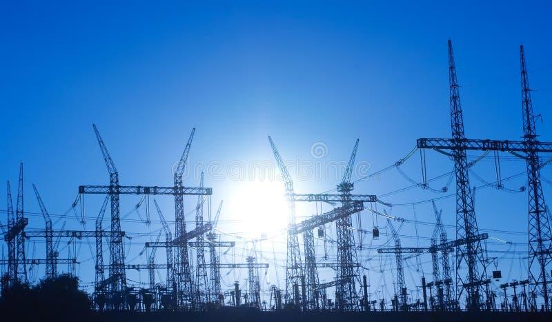 Líneas eléctricas y pilón eléctrico foto de archivo libre de regalías