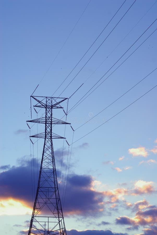 Líneas eléctricas y torre imágenes de archivo libres de regalías