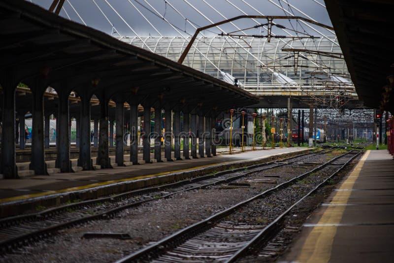 Líneas ferroviarias de la estación de tren Norte de Bucarest Gara de Nord Bucuresti en Bucarest, Rumania, 2019 imagen de archivo libre de regalías