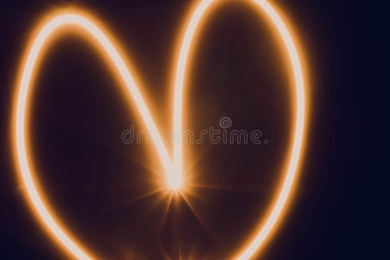Líneas iluminadas anaranjadas de la falta de definición de la iluminación de la pista del corazón fotografía de archivo libre de regalías