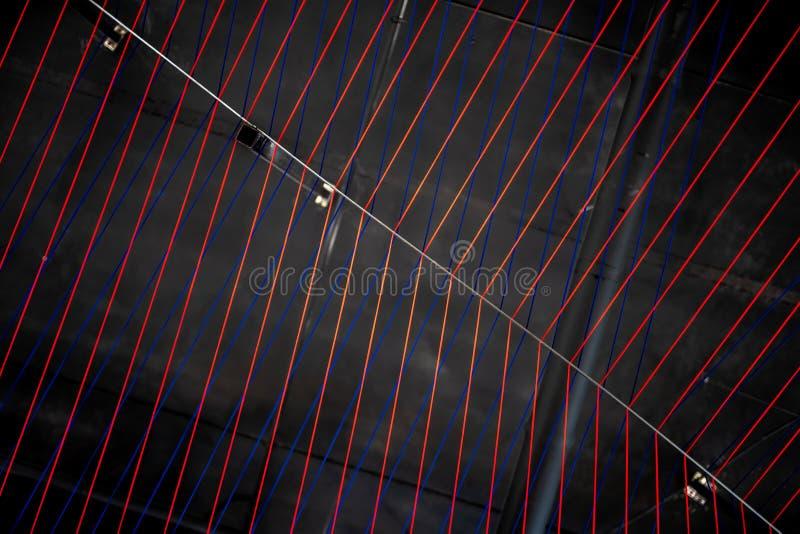 Líneas multicoloras instalación de las cuerdas en interior iluminado imágenes de archivo libres de regalías