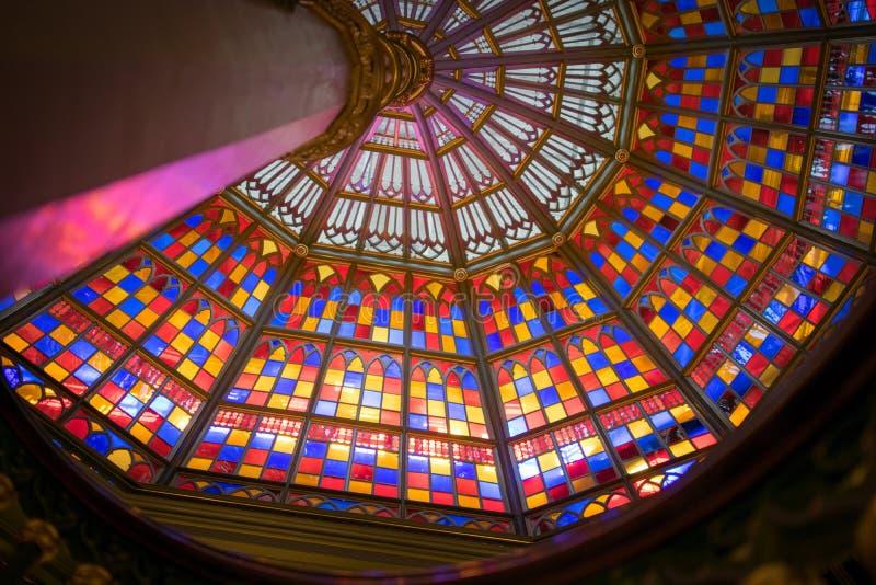 Líneas principales al techo de vitral en el edificio viejo del capitolio del estado de Luisiana fotografía de archivo libre de regalías