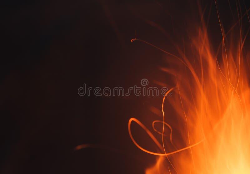 Líneas rastros dinámicas de chispas candentes del fuego en la noche fotos de archivo libres de regalías