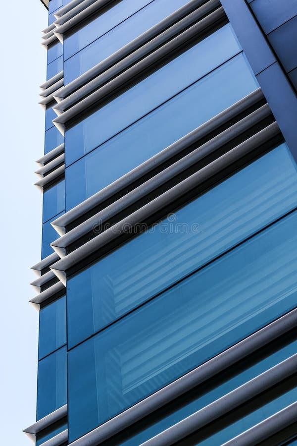 Líneas rectas de la arquitectura de un edificio moderno - fotografía imágenes de archivo libres de regalías