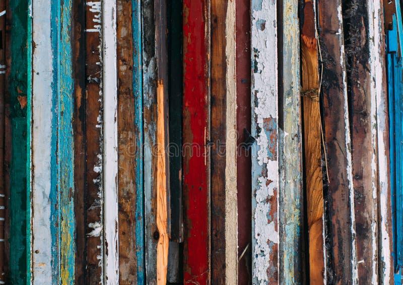 Líneas verticales coloridas, pila de puertas de madera imagen de archivo libre de regalías