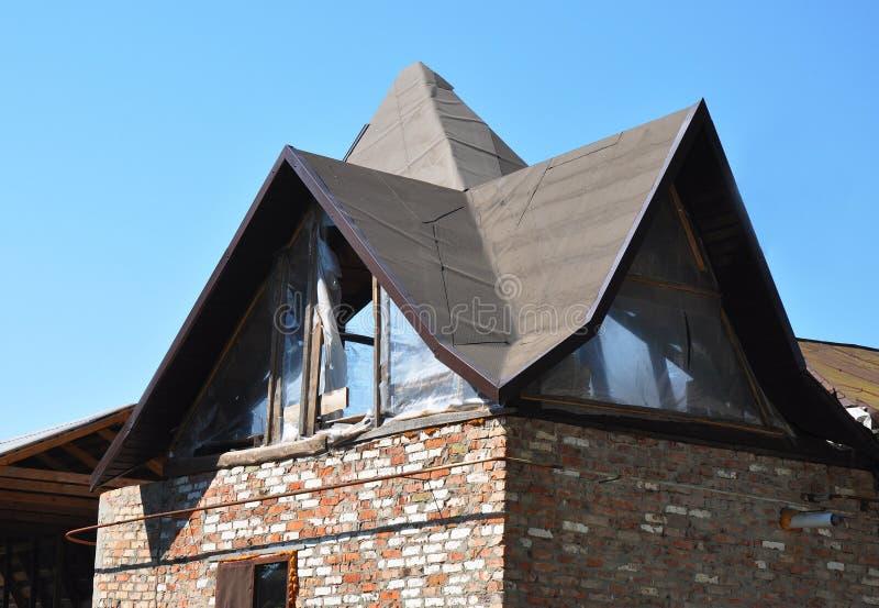 Líneas y diseño complicados del tejado Construcción que enmarca del tejado complicado imagen de archivo
