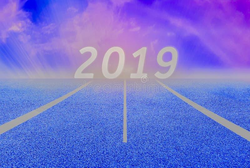 Líneas y pista blanca, asfalto azul y cielo verde enorme del césped y púrpura, en el Año Nuevo 2019 imagen de archivo