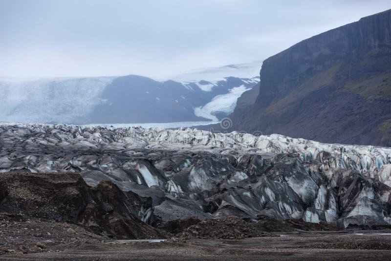 A língua deslizante de uma geleira em Islândia imagem de stock