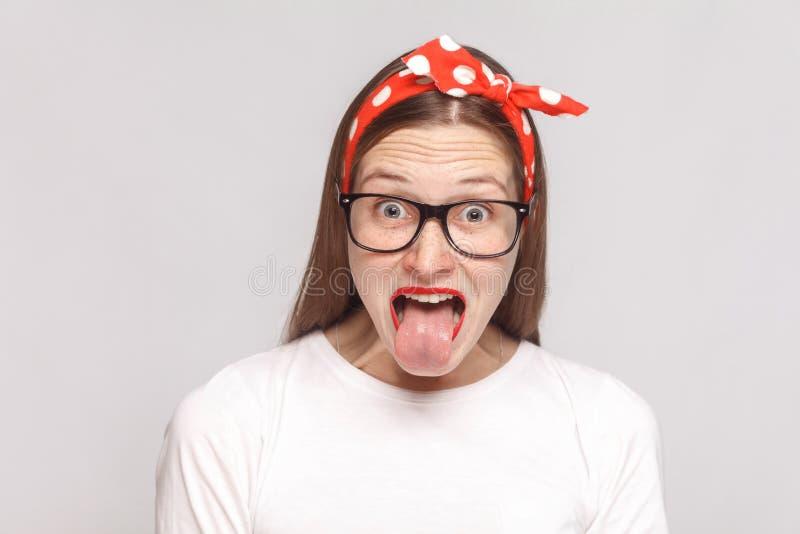 Língua fora do surpreendido, ou jovem mulher emocional louca chocada imagem de stock