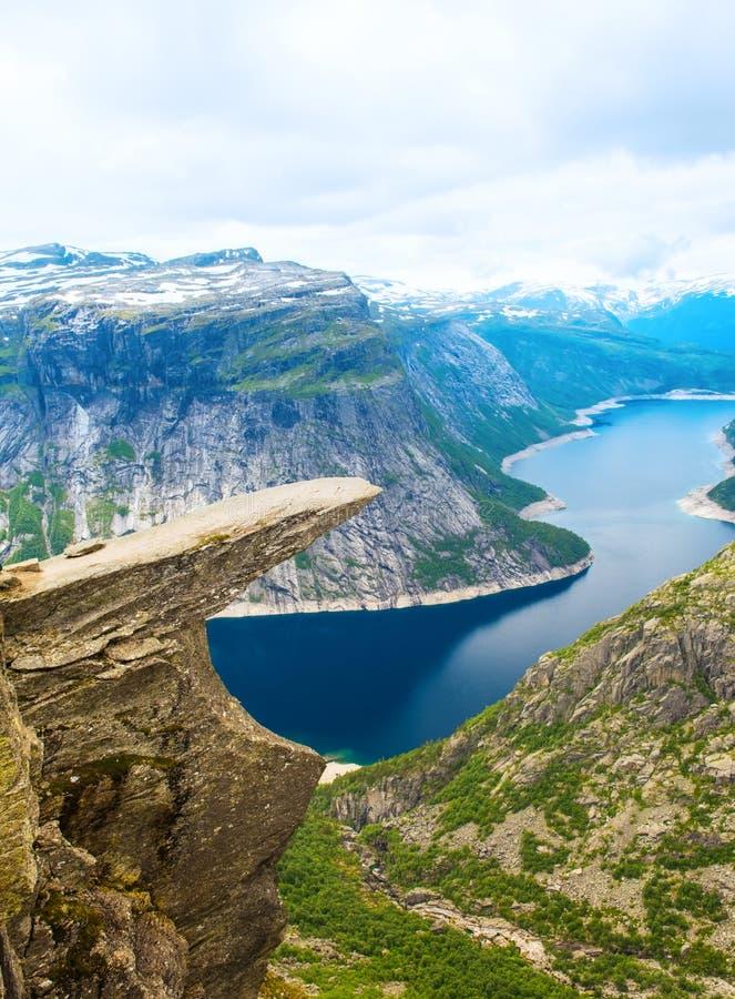 Língua Odda Noruega da pesca à corrica de Trolltunga da formação de rocha imagens de stock