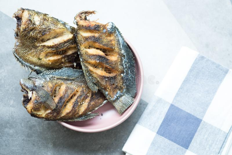 Língua tailandesa fritada dos peixes secos de sal - salid do pla imagens de stock