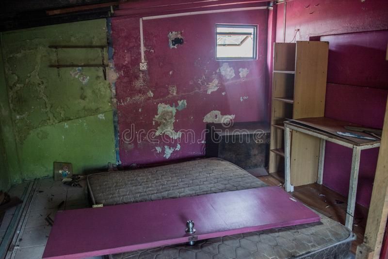 Lío y puerta quebrada en abandonado quemado abajo de casa fotos de archivo libres de regalías