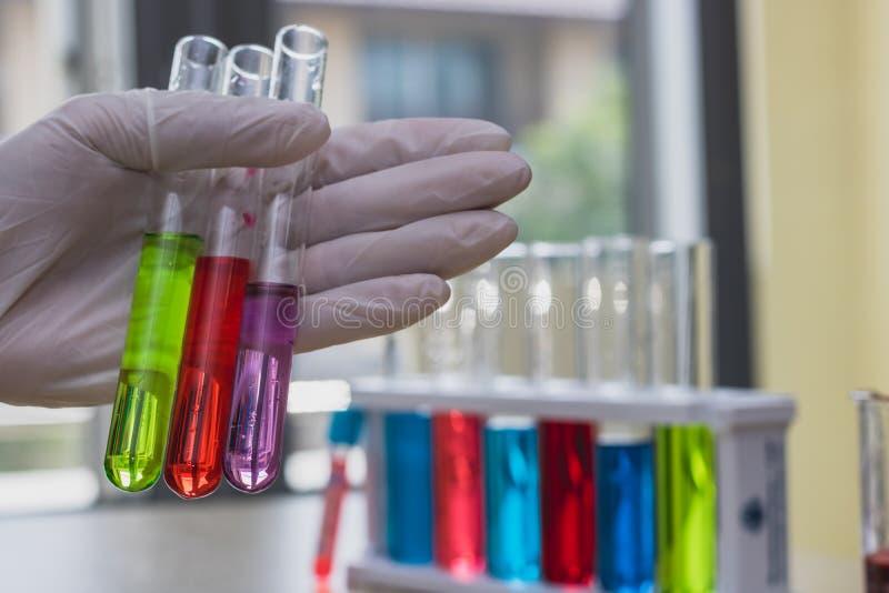Líquido da experiência dos cientistas em muitos compostos fotos de stock
