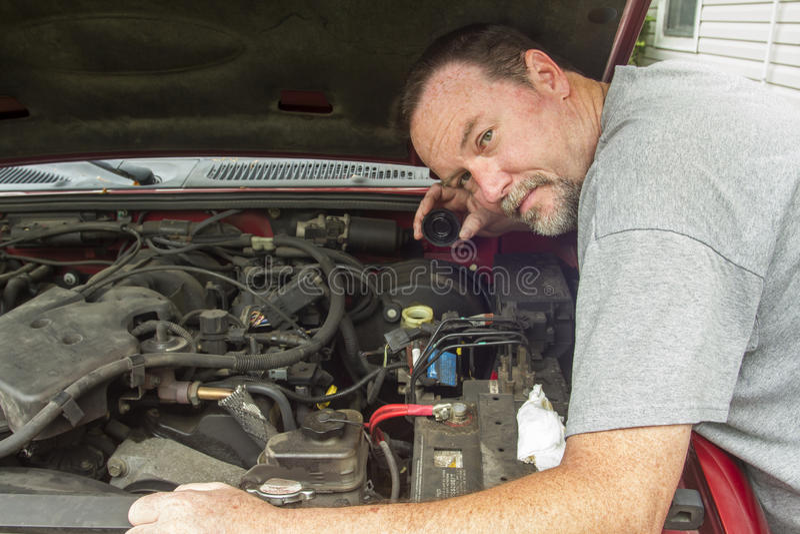 Líquido de Checking The Brake do mecânico em um cilindro mestre foto de stock royalty free
