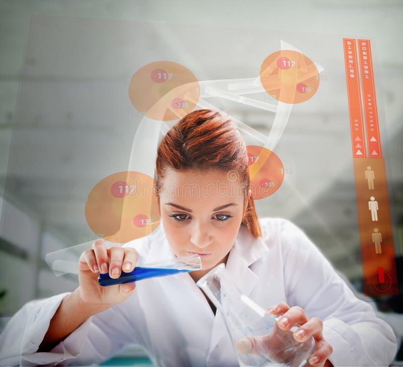 Líquido de derramamento do cientista em erlenmeyer com tela futurista foto de stock royalty free