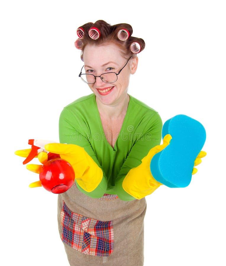Líquido de limpeza da empregada doméstica da dona de casa com esponja e pulverizador fotos de stock