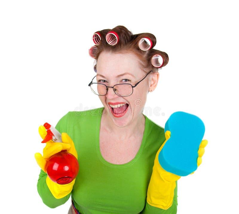 Líquido de limpeza da empregada doméstica da mulher com esponja e pulverizador foto de stock
