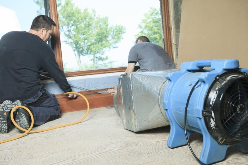 Líquido de limpeza da ventilação que trabalha em um sistema de ar fotografia de stock royalty free