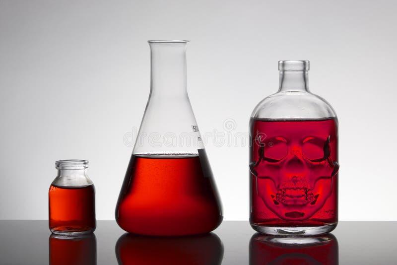 Líquido em umas garrafas do laboratório Laboratório bioquímico científico Líquido colorido foto de stock