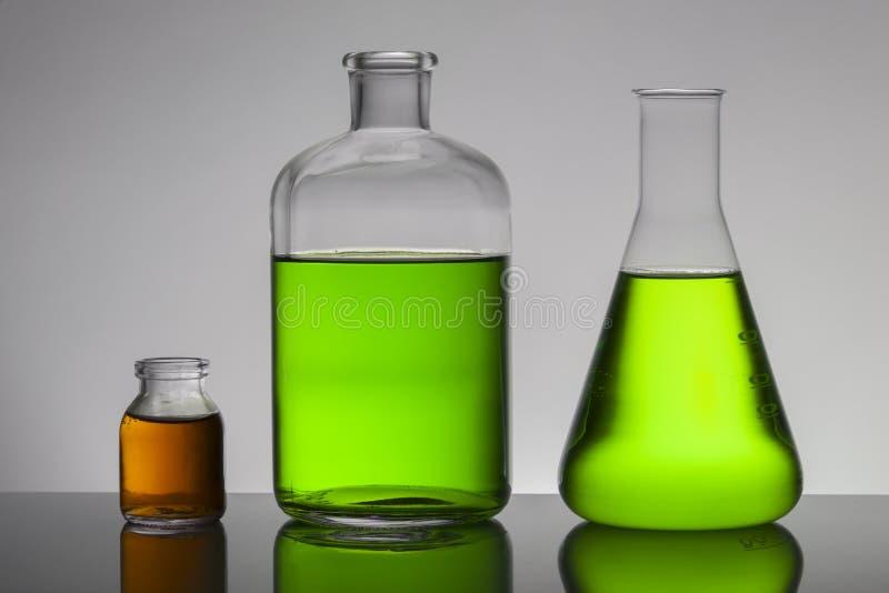 Líquido em umas garrafas do laboratório Laboratório bioquímico científico Líquido colorido imagem de stock