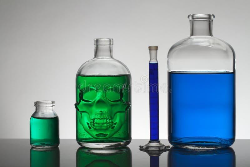 Líquido en botellas del laboratorio Laboratorio bioquímico científico Líquido colorido fotos de archivo