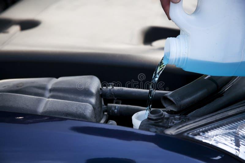 Líquido que se lava de la ventanilla del coche imagenes de archivo