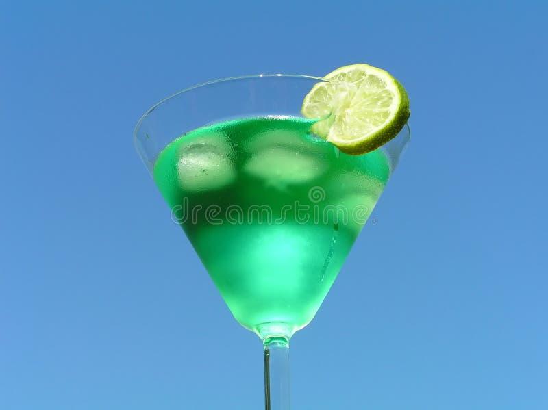Líquido verde con el limón imagenes de archivo