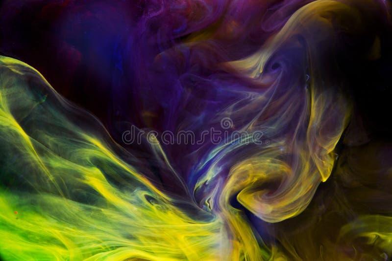 Líquidos coloridos subaquáticos Constrast violeta e amarelo fotografia de stock royalty free