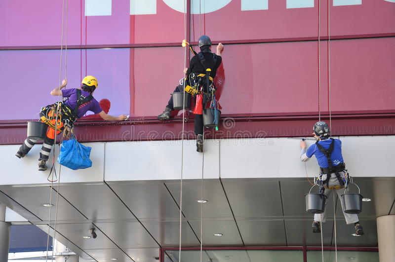 Líquidos de limpeza de janela do arranha-céus foto de stock