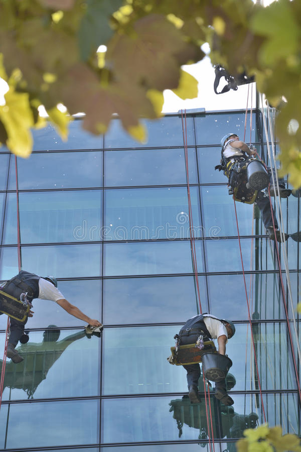 Líquidos de limpeza de janela no prédio de escritórios, foto tomada 20 05 2014 imagens de stock