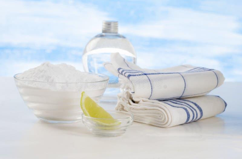 Líquidos de limpeza orgânicos - bicarbonato de vinagre branco, de limão e de sódio imagem de stock