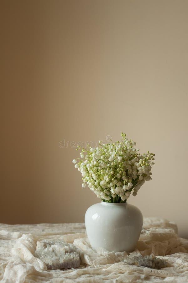 Lírio da composição do vaso do vale fotografia de stock