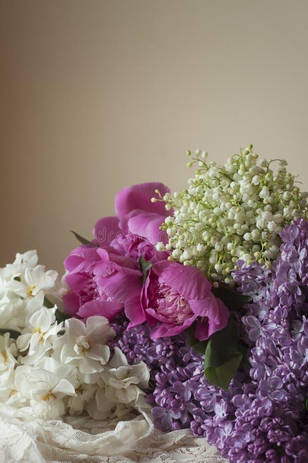 Lírio lilás de Daffodi da peônia do ramalhete do vale das flores fotos de stock royalty free